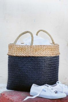 white sneakers and a wicker bag for beach Plimsolls, Knitted Bags, White Sneakers, Straw Bag, Spring Fashion, Summer Outfits, Fashion Accessories, Wicker, Blue And White