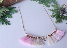 Retrouvez cet article dans ma boutique Etsy https://www.etsy.com/fr/listing/484470286/collier-pompons-collier-rose-bijoux