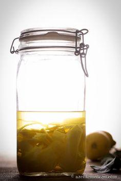 Limoncello - a citromhéjakat két hétig alkoholban áztatjuk Limoncello, Cocktails, Drinks, Sorrento, Preserves, Vodka, Smoothie, Mason Jars, Food And Drink