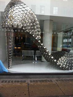 Un zapato hecho con cacerolas