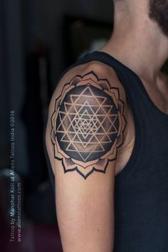 Sri Yantra Mandala Tattoo by Manohar Koli at Aliens Tattoo India. This tattoo screams glassy and crystal clear precision. Yoga Tattoos, Leo Tattoos, Badass Tattoos, Body Art Tattoos, Sri Yantra Tattoo, Ganesh Tattoo, Shiva Tattoo Design, Mandala Tattoo Design, Geometric Tattoo Leg
