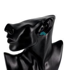 Lootuksen väriloisto -nappikorvakorut  Käy omasi tästä: Lootuksen väriloisto -korvakorut sopivat täydellisesti persoonallista muotoilua ja luontoa rakastavalle henkilölle! Korvakorujen koko on 2 x 1 cm. Käy tutustumassa muihin Lootuksenkukka-tuotteisiin klikkaamalla tästä.  #samaskoru #korut #korvakorut Brooch, Jewelry, Fashion, Moda, Jewlery, Jewerly, Fashion Styles, Brooches, Schmuck