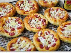 Roti Pizza Mini Super Empukk puk pak recipe step 6 photo ,o Pizza Pastry, Pizza Bake, Pizza Appetizers, Easy Appetizer Recipes, Healthy Pasta Bake, Bread Recipes, Cooking Recipes, Pizza Recipes, Roti Bread