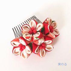 つまみ細工でつくりました、桔梗のかたちの髪飾りです。飾り全体の大きさは、幅がおよそ9cm。花芯の珊瑚がポイントとなり、とても上品でキリッとしたお色の中にも可愛らしさがあるのが特徴です。お着物や袴など、和装の髪飾りにいかがでしょうか(^^)<お花の素材>・...