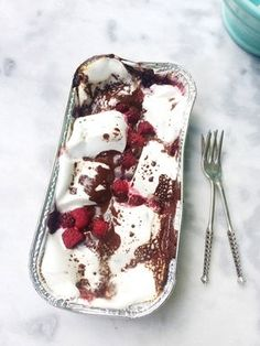 marshmallow recept met chocolade & framboos made by ellen bbqdesserts Köstliche Desserts, Delicious Desserts, Dessert Recipes, Yummy Food, Chocolate Chip Cheesecake Bars, Healthy Sweet Snacks, Recipes With Marshmallows, Barbecue, I Love Food