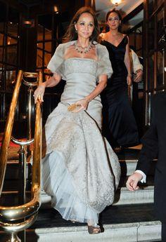 Tamara acompaña a su madre siempre que puede y más si se trata de un acto tan elegante como una cena de gala en el Palacio de Buckingham en Londres, junto al príncipe Carlos.  En la imagen podemos ver cómo madre e hija lucían espectaculares con vestidos del mismo corte, en negro y en gris. Fue en febrero de 2012.