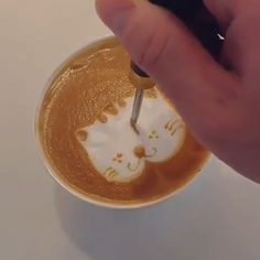 Some PURRfect Barista Latte Art 🐱☕️😊 - Here at Coffee Sesh, our goal is to educate the coffee community on ways to better enjoy their favo - Cappuccino Art, Coffee Latte Art, Coffee Barista, Coffee Cafe, Coffee Shop, Coffee Americano, Kona Coffee, Coffee Drink Recipes, Coffee Drinks