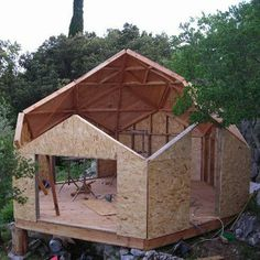 Zomes house construction    Processus de fabrication d'un zome.    http://en.m.wikipedia.org/wiki/Zometool