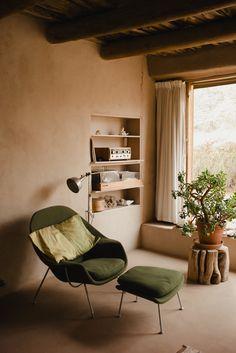Warm Living Room Earth Tones - Le ranch de Georgia O'Keeffe dans le desert Decor, House Design, Interior Inspiration, Desert Decor, Interior Design, Interior Spaces, Home Decor, House Interior, Living Spaces