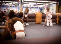 Kesäisin Siljan ruotsin-linjan laivoille pystytetään oikea lasten taivas: Summer Center. Heppatytöt ja -pojat pääsevät ratsaille pienten ponien selässä, Silja Symphony/Silja Serenade.