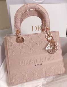Taken from stashally user Finally got my dream bag! Which girl can resist this colour combi! Pink + rose gold hardware is a dream come true. Dior has outdone itself again 🥰 Luxury Purses, Luxury Bags, Luxury Handbags, Fashion Handbags, Fashion Bags, Dior Handbags, Designer Handbags, Louis Vuitton Handbags, Fashion Fashion