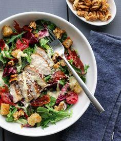 Sommerens kyllingsalat bugner av deilig salat og cherrytomater fra hyttehagen, saftig kylling, knasende sprø parmachips og karamelliserte valnøtter. Det hele toppes med en enkel og smakfull parmesa…