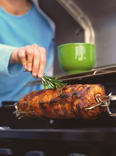Recette de Ricardo de Rôti de porc cajun à la broche.  Ce rôti de porc très simple à préparer donne un excellent repas à préparer sur le barbecue. Pork Roast Recipes, Pork Tenderloin Recipes, Grilling Recipes, Grilled Pork Loin, Roast Chicken And Gravy, Pot Roast, Beef Tenderloin Roast, Rotisserie Grill, Ricardo Recipe