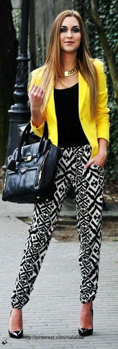 Tenue: Blazer jaune, T-shirt à col rond noir, Pantalon style pyjama imprimé noir et blanc, Escarpins en cuir