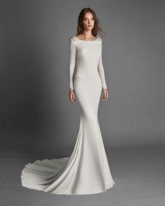 RANDA - Bridal 2018. Alma Novia Collection Minimal Wedding Dress, Simple Wedding Gowns, Long Sleeve Wedding, Wedding Dress Sleeves, Dress Wedding, Trendy Wedding, Wedding Flowers, Mermaid Dresses, Bridal Dresses