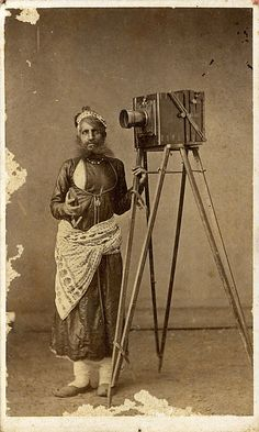 Portrait of Mohan Lal with His Camera - 1875 India (Udaipur, Mewar, Rajasthan) Antique Cameras, Vintage Cameras, Vintage Photographs, Vintage Images, Camera Photos, Old Photography, Camera Photography, Vintage India, Famous Photographers