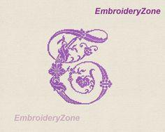 Monogram lettre T avec style de bleuets de main par EmbroideryZone