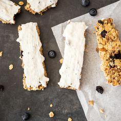 Blaubeeren verstecken sich in einer Müslimischung aus Reis Crispies, Kokosraspeln, Mandeln und Haferflocken und tauchen ab in sommerliche Joghurt-Creme.