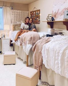 Talk about a great discussion starter ... Here are some fun dormitory DIY ideas that you're sure to enjoy making this summer and having around in coll... Cool Dorm Rooms, College Dorm Rooms, Pb Dorm, Pink Dorm Rooms, Dorm Room Themes, College Dorm Bedding, Inspiration Room, Diy Dorm Decor, College Dorm Decorations