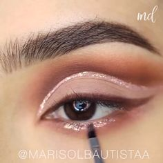 A one of a kind eye look filled with sparkles! By: Marisol Bautista A one of a kind eye look filled with sparkles! By: Marisol Bautista Gold Eye Makeup, Glitter Makeup, Smokey Eye Makeup, Makeup Tips, Beauty Makeup, Silvester Make Up, Blue Smokey Eye, Make Up Inspiration, Eye Makeup Tutorials