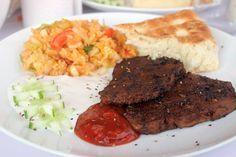 Seitan-Steaks auf Grillteller mit Salat und Saucen