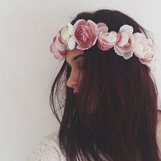 Dark hair with flower crown accessory | Cabelo escuro com acessório de coroa de flores