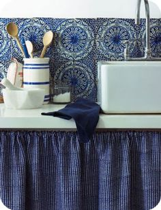 cuisine-esprit-campagne-harmonie-bleu-blanc-carrelage-bleu-monaco-rideau