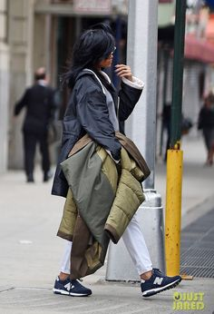 Rihanna Style in New York City - Was trägt sie? Star Look und günstige Alternative jetzt auf FASH-UP.DE / What is she wearing? The Original Look and Low-Priced Alternatives for you on FASH-UP. Rihanna Daily, Rihanna Cover, Bridgetown, Celebrity Sneakers, Rihanna Style, Rihanna Fashion, Star Wars, Rihanna Fenty, Trends