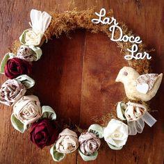 Bom dia ❤️ Guirlanda 'Lar Doce Lar'🌹 #handmade #feitoamão #guirlanda #rosas #flores #flower #nude #vintage #vinho #bird #lardocelar #decor #sew #decoração #delicado #fuxicohiq #home #casa #cores #cotton #homedecor #tissu #tecido #tecidolindo #t   por ♥ Fuxico ♥ Chiq ♥ Studio ♥