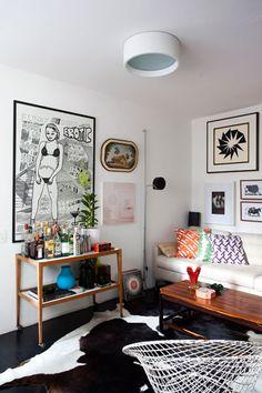 O piso de madeira maciça foi tingido de preto, e em contraste com as paredes brancas criou um espaço neutro onde o mobiliário, objetos, obras de arte e protótipos de móveis se destacaram.