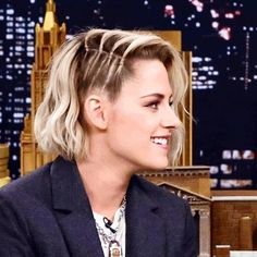 And a closer look at #kristenstewart's quadruple vertical #miniponytail situation. Cornrows- but not. Fun way to waterfall into a side parted texture.