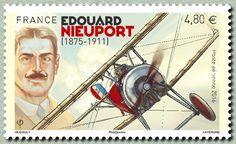 «Edouard Nieuport - 1875-1911 »En arrière-plan un portrait d'Edouard Nieuport, dans les nuages, évoque poétiquement son rôle de précurseur. Car bien qu?étant à l'origine des usines Nieuport, il ne verra jamais les prouesses révolutionnaires du « Bébé, l'avion de Verdun » puis du « Super bébé », le Nieuport 17, ces avions qui permettront aux alliés d'avoir l'avantage dans la guerre des airs qui se joua pendant la première guerre mondiale.