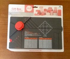 Faça vc mesmo suas caixas de presente, com essa placa vc faz 20 modelos de caixas de papel, com 20 tamanhos diferentes, facil de fazer. Importada. <br>Marca : we R memories keepers. <br>Com instruções.