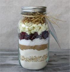blueberry white chocolate chip pancake mix in a jar as favors for guests (what sam and I had on our first date)