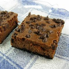 This triple chocolate chip cheesecake bar recipe is decadent, delicious and of course, gluten free. Fluffy chocolate cheesecake on a cookie base chocolate chips. Chocolate Chip Cheesecake Bars, Cheesecake Squares, Cheesecake Recipes, Dessert Recipes, Cheesecake Brownies, Chocolate Bars, Dessert Bars, Chocolate Chips, Dessert Sans Gluten
