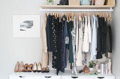 Si tenemos una habitación con espacio suficiente para tener almacenamiento para la ropa extra, o quizá, en una segunda residencia o piso de alquiler queremos poner algo diferente a un armario y que se