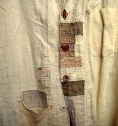 Boro on japanilainen kangaspaikka ja sashiko käsinommeltava tikkauskuviointi. Niitä käyttivät kalastajat ja työläiset korjatakseen vaatteitaan käyttäen vanhoja kangastilkkuja ja koristeellisia pistokuvioita. Tuloksena oli häikäisevänkauniita elämän kuluttamia indigo-vaatteita ja kodin tekstiilejä, joista näkee että niitä on käytetty ja rakastettu. Löysin tekniikan sattumalta Pinterestistä (tietenkin). Jos ompelukoneellahuristelu tai neulominen tuntuu liian vaikealta niin kokeile tätä…