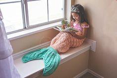 海外で話題の人魚姫ブランケット♡家にある着ないニットのカーディガンやセーターやケープ、フリースをリメイクして作れるマーメイドブランケットをご紹介♪毛糸から編んで作れる方法などいろいろあります。