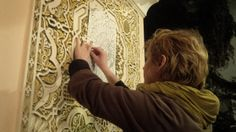 artist Ember Erebus doing a charcoal etching at a riad in Meknes