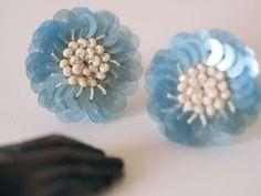 フランスのヴィンテージスパンコールをレース糸で編みつけながらお花の形に仕上げました。 スパンコールは、光沢があり耳元を華やかにしてくれます。 日常に使って頂くだけでなく、パーティなど華やかな場所でも活躍してくれること間違いないです。色:薄いブルーのスパン...