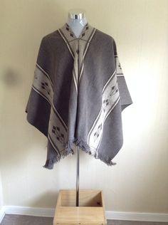 Poncho en faz de urdimbre complementaria, doble faz. Rosa Rojas. Rapilermo. Textiles, Medieval Costume, Cape Coat, Man Style, Old Women, Costume Design, Ideas Para, Chile, Adidas Jacket