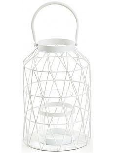 La raffinatezza è il giusto termine che porta questa favolosa lanterna, realizzata in metallo bianco, un gusto nordico che sta prendendo sempre più piede e che dà un tocco magico e nuovo all'ambiente. Adatta per tutti i tipi di arredo. Meravigliosa in qualsiasi stanza della casa. Studiata anche per esterno, al centro della lanterna c'è un portacandele in vetro per riparare la fiamma dal vento.