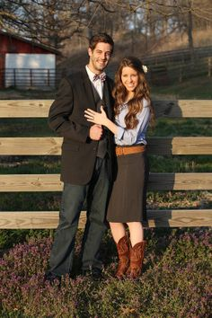 The Duggar Family #Derick #Jill I looooove the background and her boots!