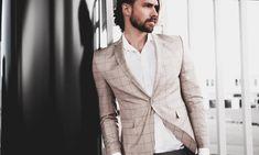 Erkekler için yaz düğünleri şıklığını gösterebileceği en iyi mekanlardan birisi haline geldi. Erkek kır düğünü giyim rehberi ile casual bir stil yaratabilirsiniz. Kombin önerileri ve rehber için tıklayın!