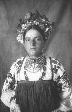 Смоленская губ.-Дорогобужская крестьянка. Съемки М.И.Погодина и Н.И.Савина, 1920-е гг.