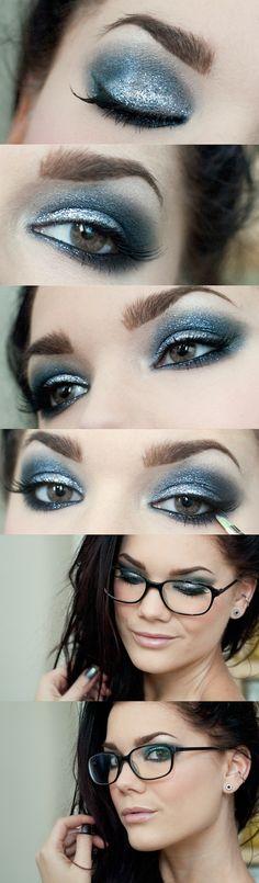 Linda maquiagem com sombra azul e muito brilho! Combina muito com pessoas de olhos azuis, mas serve para todas!