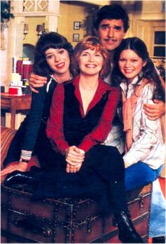 One Day At A Time Rated TV Show. Valerie Bertinelli on the right. Best Tv Shows, Movies And Tv Shows, Favorite Tv Shows, 1980s Tv Shows, Tv Vintage, Tv Theme Songs, Tv Icon, Tv Themes, Valerie Bertinelli