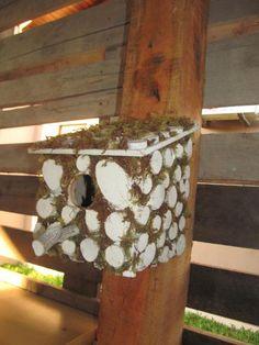 Criar produtos com resíduos de poda de árvore tem se tornado algo muito legal e prazeroso. Quando me foi solicitado criar modelos de casa de passarinho, pensei ... o local predileto dos pássaros são as árvores, então nada melhor que utilizar estes materiais. O que acham do modelo?