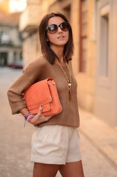 The soft knit and loose-fit shorts combo looks super comfy-chic. This is the ultimate weekend outfit! Shorts Casual, Fall Shorts, Bon Look, Look Con Short, Look Fashion, Womens Fashion, Gothic Fashion, Street Fashion, Looks Street Style