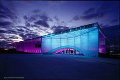 Der Flughafen Friedrichshafen hat ein neues Wahrzeichen: Das Dornier Museum für Luftund Raumfahrt Friedrichshafen stellt die Faszination des Fliegens eindrucksvoll dar und verschmilzt sie geschickt mit der Geschichte des Unternehmens Dornier. Das Museum entstand nach einem Entwurf der Münchner Architekten Allmann Sattler Wappner, die Ausstellungs